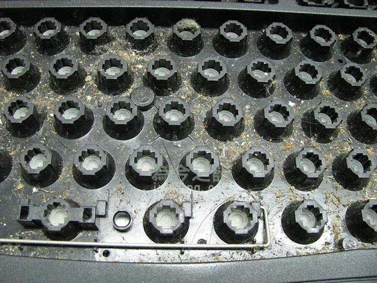 按鍵全部拔出後可看到內部的骯髒程度